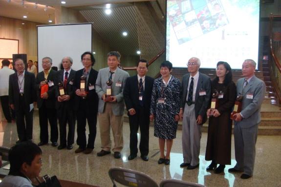 王先生(右三)和其他得獎者與林滿紅館長(右四)、謝嘉梁館長(右五)合影(康麗莉拍攝).JPG