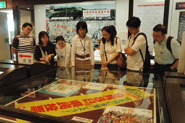 參觀沖繩公文書館。(陳慧先提供)
