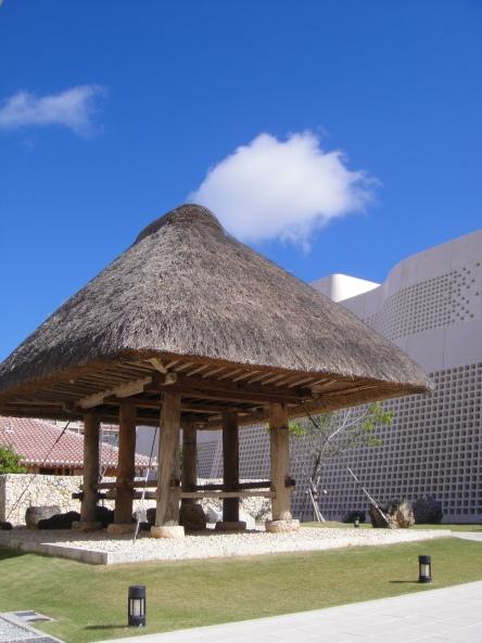 沖繩博物館外的傳統穀物的高倉。(陳慧先拍攝).JPG