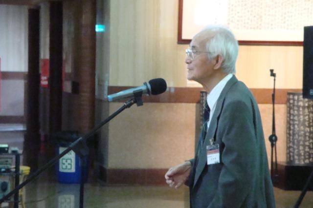 圖一 王先生榮獲「終生文獻貢獻獎」發表得獎感言(康麗莉女士拍攝,2008年11月22日).JPG