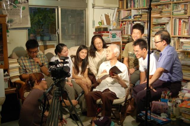 圖三 紀錄片拍攝後王先生與臺大師生合影(2009年8月12日).JPG