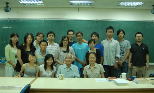 圖二 王先生在師大講課後與學生合影(2009年6月23日).JPG