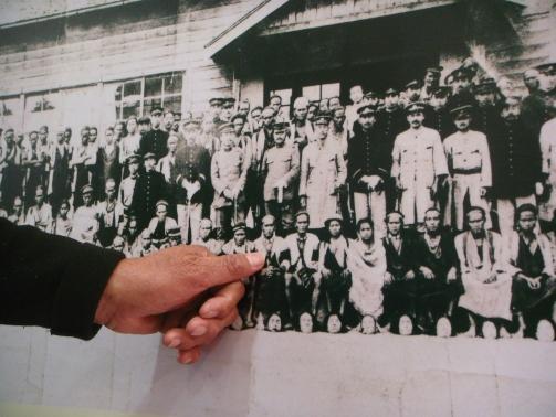 圖二 指尖所指是莫那魯道(當時是中年),右邊年長者是Tado Nawi的祖父。(李靜慧拍攝)