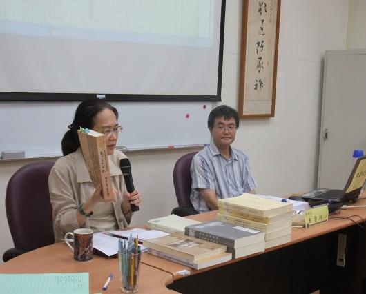 圖一 主持人周婉窈老師介紹王學新先生(右)的著作。(李禮君拍攝)