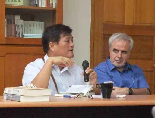 圖六 孫大川主委(左)提問,旁為利氏學社杜樂仁神父。(李禮君攝影)