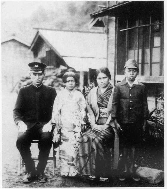 中山清(高永清)與初子全家合影,右一為初男(花岡一郎遺腹子),左二為女兒清子,1944年於川中島。