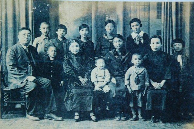 圖三 黃溪泉先生(左一)與母親(左三)、妻子(右一)和子女合影。.JPG