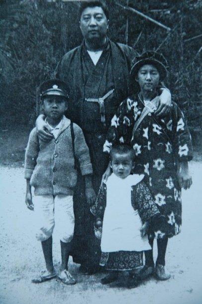 圖二 黃溪泉先生與長女荷華(右一)、長子天縱(左一)、次子天橫(前排中間)合影,1924年。.JPG