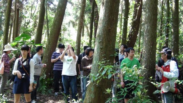 5 在樹林間探訪巴蘭社舊址遺跡。(周婉窈拍攝).JPG