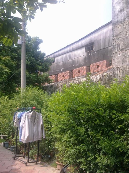 舊城內一景,曬衣架、電線桿與城牆共存.jpg