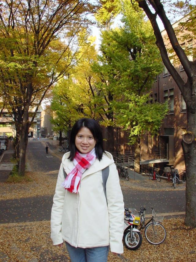 剛到東大第一年(2001)的秋天銀杏葉黃橙橙的時節,在本鄉校區照的.JPG