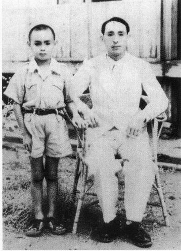 圖2 高英傑約十一歲時與父親高一生合影於螢光社(今嘉義民權路上)。輯自繪本《杜鵑山的迴旋曲》。