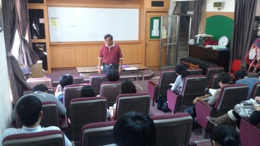 高英傑先生在阿里山鄉立圖書館視聽室為同學講課,2012年11月9日。(李鎧揚拍攝)