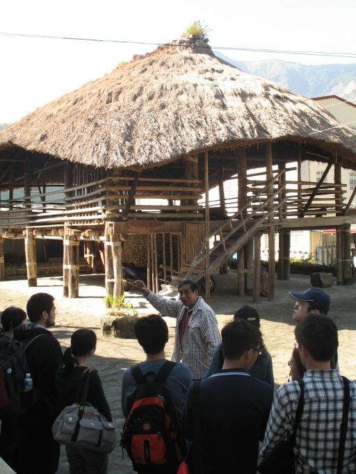 高英傑先生為同學介紹Kuba(庫巴),2012年11月9日。( 周馥儀拍攝)
