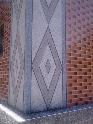 眉溪天主堂的柱牆上裝飾有祖靈之眼的花紋。(李盈佳拍攝)