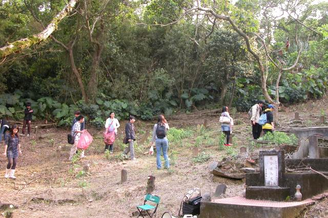2010年3月27日一群學生到六張犁公墓白色恐怖時期隱密葬區掃墓,並為還留著的每個小小的墓獻花(1990年代以後多數已遷葬)。
