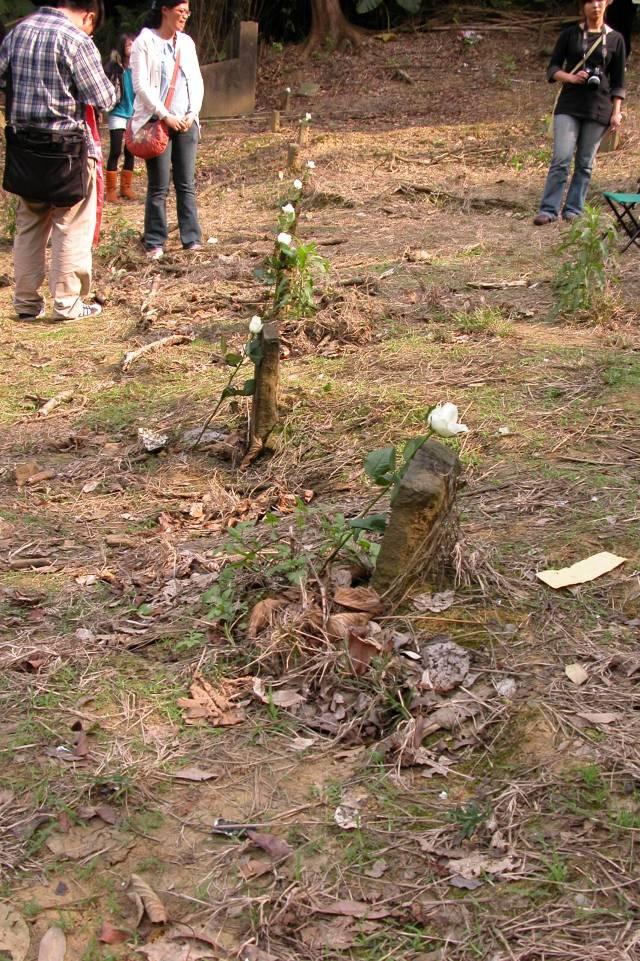 墓碑這麼小、這麼單薄啊。(2010年3月27日)