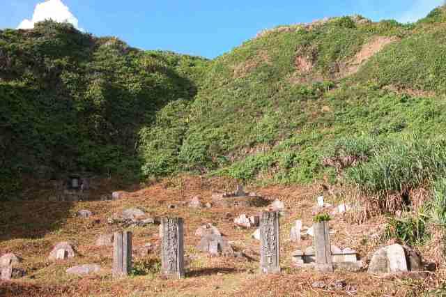 綠島新生訓導處公墓,又稱第十三大隊。每個小小墓碑埋著多少無人可訴說的故事?(2010年7月14日)