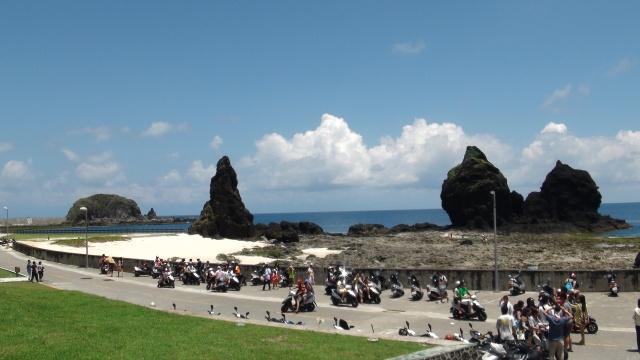 「綠洲山莊」外騎摩托車的遊客。年輕的你們可知道這裡曾經關著我們的良知嗎?當國家把良知關到監獄,監獄外的我們還是自由的嗎?(2013年7月22日)
