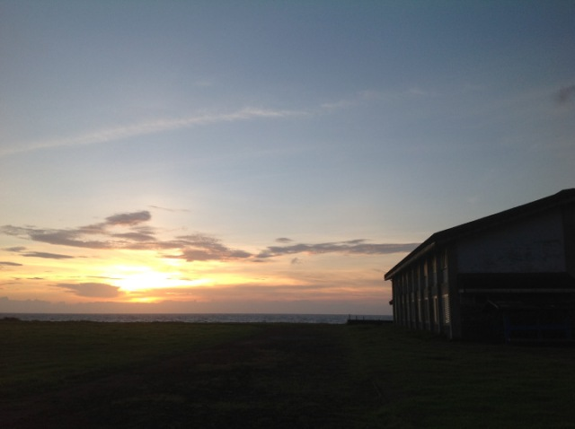 L學校宿舍和夕陽。(照片由作者提供)