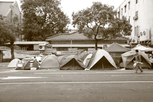 圖3  濟南路上的民眾休息的帳篷