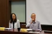 圖十四 第二場座談會主持人周婉窈教授(左)、與談人 Mona Pawan 張進昌先生。
