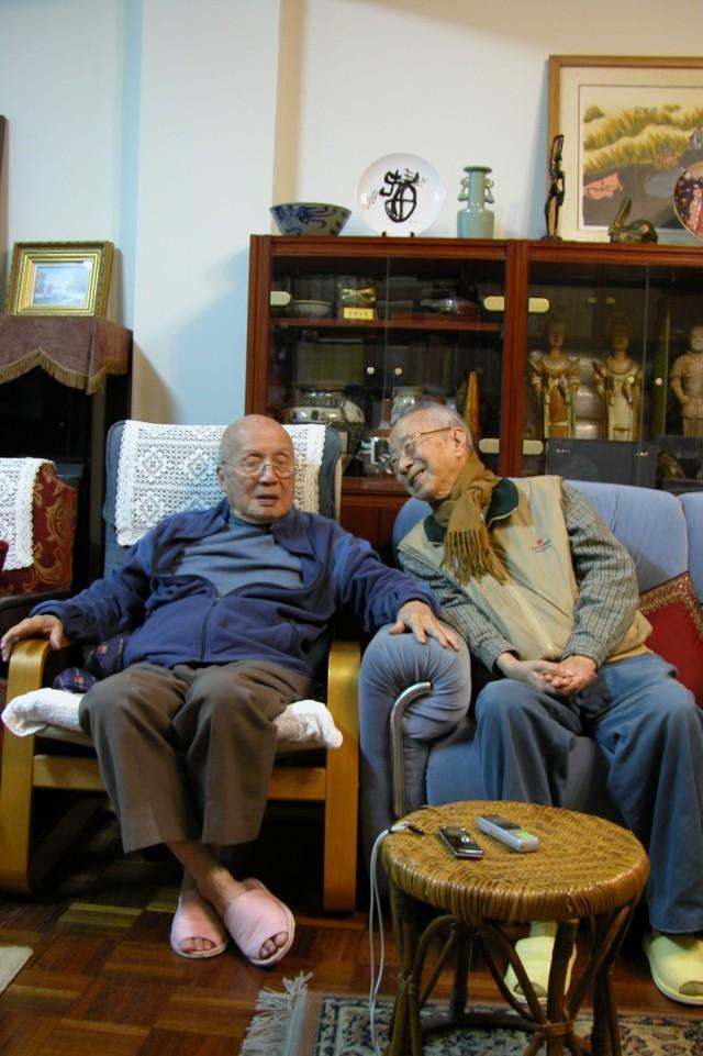黃天橫先生與曹永和教授閒聊。(周婉窈拍攝 2010/02/01)