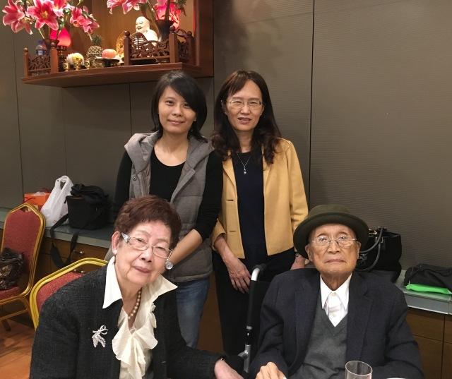 黃天橫先生夫人攝於「臺南文化獎」慶賀午宴。立者左起:李幸真、周婉窈。(2015/12/26)