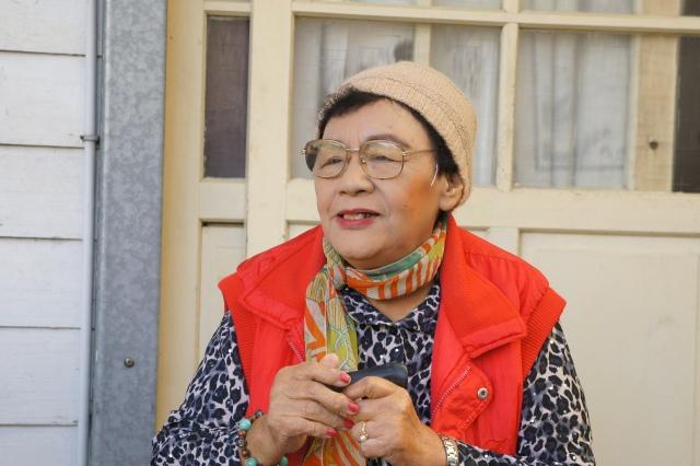 在高一生故居前的高菊花女士 2012.11.10(陳慧先拍攝)