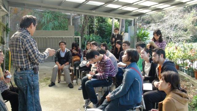 圖五 認真聽菊花阿姨和高英傑老師講述的臺大師生 2012 11 10