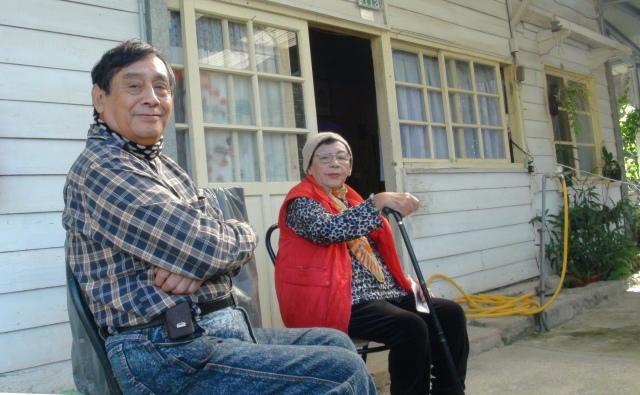 圖六 2012年11月10日高菊花女士、高英傑老師在高一生故居前庭接受和台大師生訪問